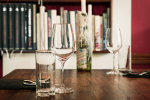 LIBRARY steht für unsere kleine, feine Bibliothek an Kochbuchschätzen, die natürlich auch für unsere Gäste geöffnet ist. Restaurant KITCHEN LIBRARY - Berlin.