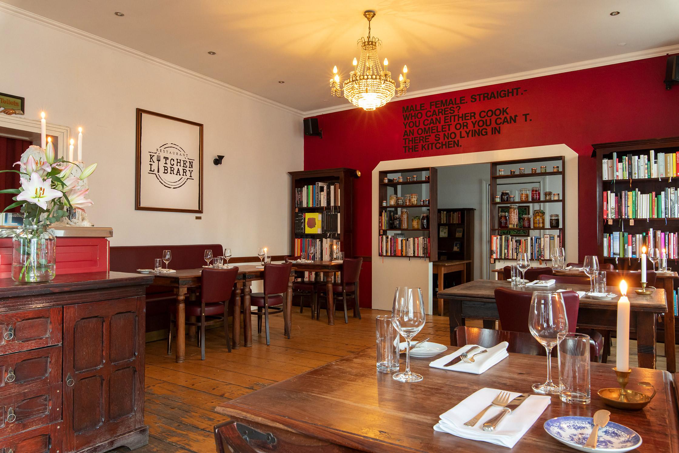 """KITCHEN steht für das Herzstück des Restaurants, wo nach Art der """"Artisan Cuisine"""" gehobene deutsch-französische Küche mit Anleihen aus Cross Over und International geboten wird."""