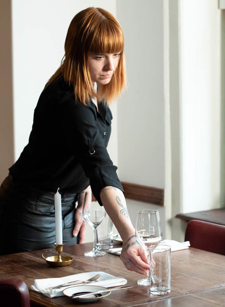 Daniela Knörlein, angehende Sommelière, authentisch und kompetent. Mit großer Freude moderiert Daniela am Tisch die Gerichte aus Udo's Küche an. Restaurant KITCHEN LIBRARY - Berlin.