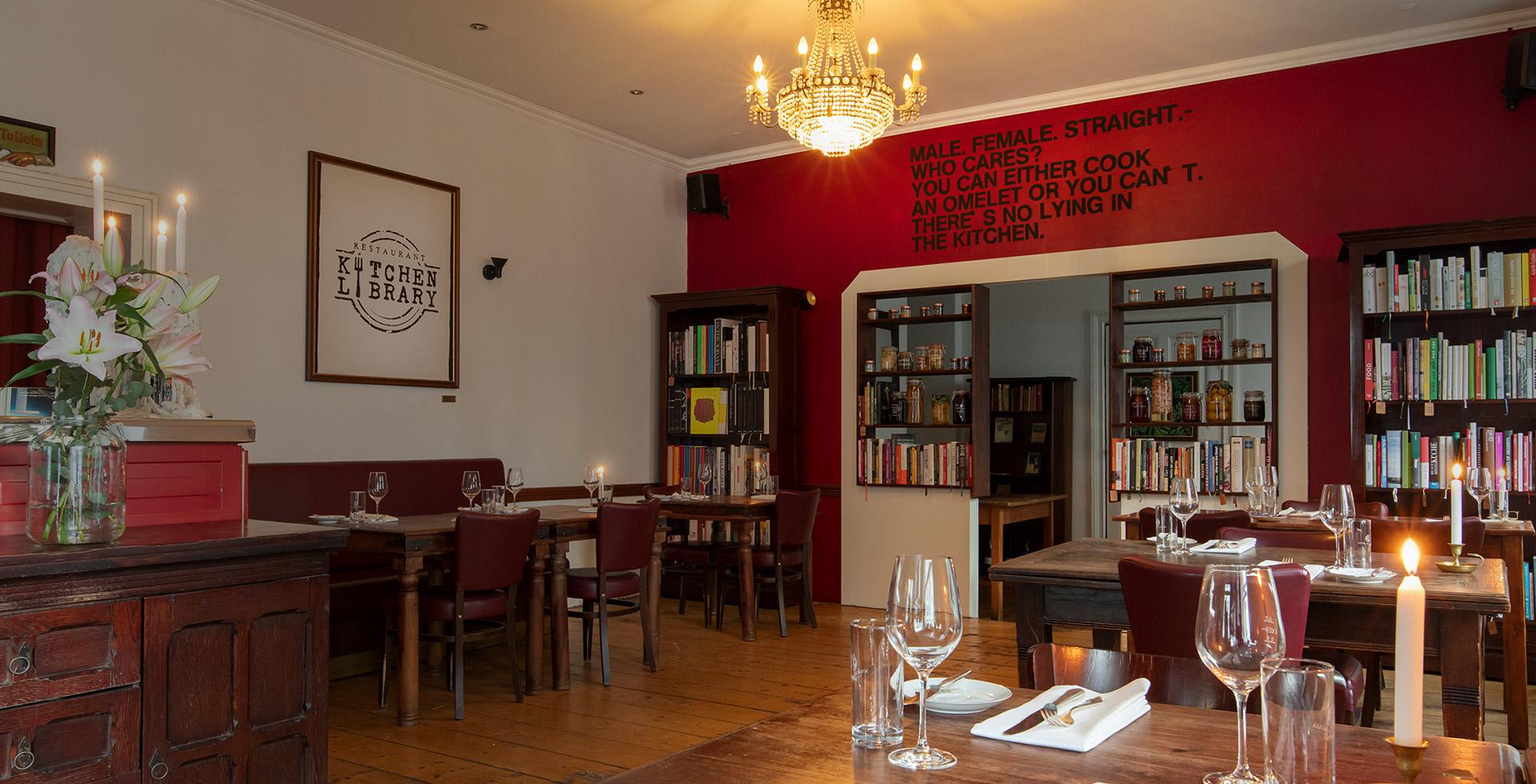 In angenehm-zwanglosem Ambiente kochen und servieren Daniela und Udo Knörlein wöchentlich wechselnde Gerichte à la carte. KITCHEN LIBRARY - das zweite Wohnzimmer.